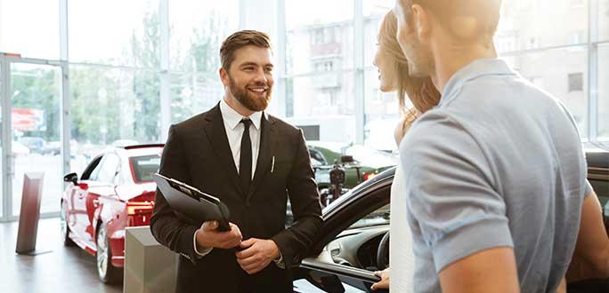 Wyprzedaże samochodów w salonach – co powinniśmy wiedzieć?